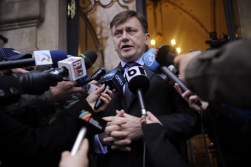 Presedintele PNL, Crin Antonescu face declaratii la finalul consultarilor presedintelui Traian Basescu cu liderii USL privind concluziile summit-ului UE din 8-9 decembrie, la Palatul Cotroceni din Bucuresti