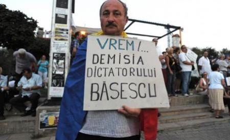 basescu-traian-tradator-de-neam-vor-protesta-la-cotroceni-pana-cand-vocea-lor-se-va-face-auzita-ce-vedeta-a-participat-la-manifestatie-167189