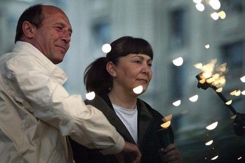 Romanian President Traian Basescu (R) an