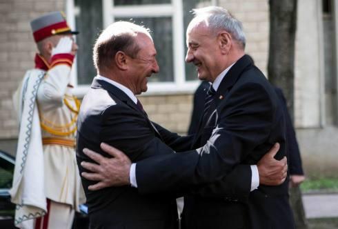 Basescu-Timofti-imbratisati-Chisinau