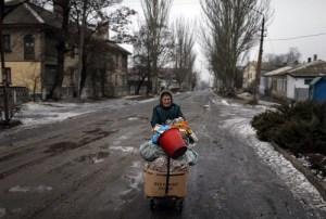 1.-Vineri-locuitorii-orasului-ucrainean-Debalteve-au-fost-nevoiti-sa-si-stranga-repede-ce-au-apucat-si-sa-plece