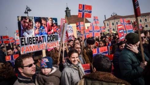 MII de oameni au ieșit în stradă la Sibiu pentru a susține familiile de români ai căror copii au fost CONFISCAȚI de autoritățile norvegiene: Suferința ne adună laolaltă!