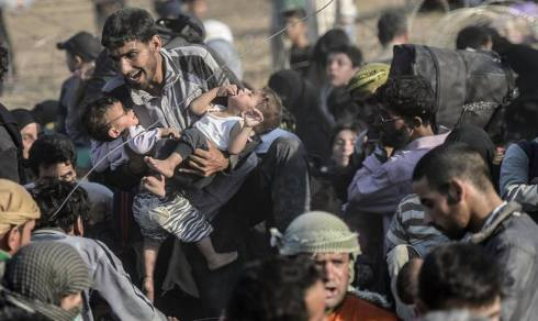 syrian-refugees-breaking-through-border-into-turkeyfoto