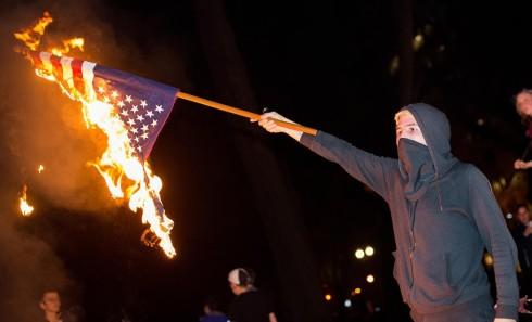portland-anti-trump-protest-flag-burn-foto-katu-com