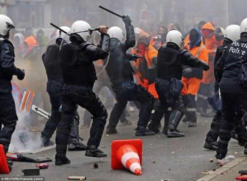 1415300628847_wps_90_Riot_police_use_their_bat