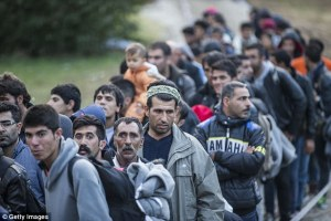 3627E8F400000578-3684113-Hopeful_Refugees_and_migrants_wait_in_line_to_cross_the_border_a-a-8_1468235941969